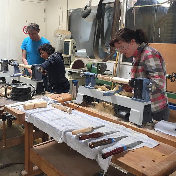 cursisten aan het werk cursus houtdraaien