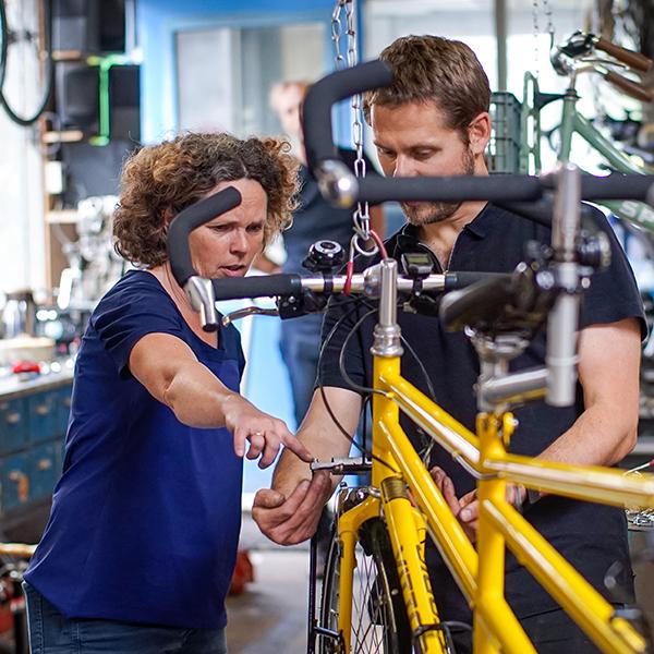 docent legt uit aan cursist cursus fietsenmalen